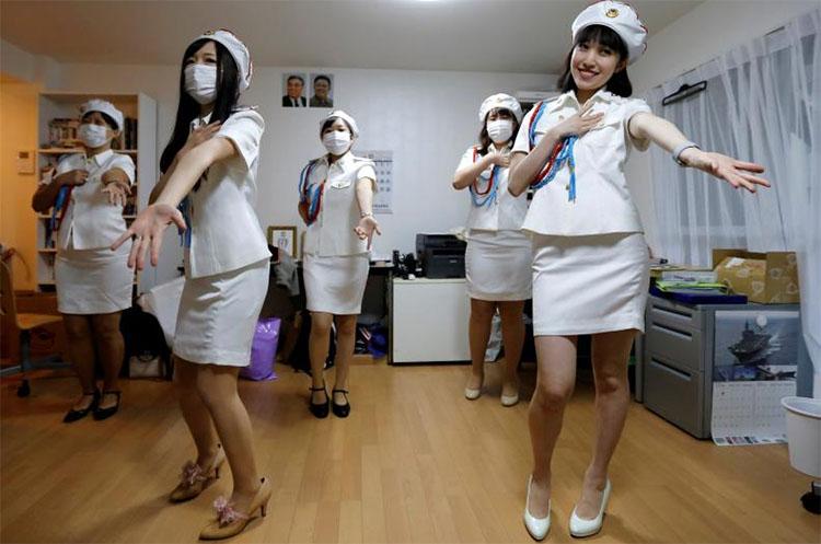 일본의 북한 팬클럽 선군여자 일본의 북한 팬클럽 선군여자의 모란봉악단 코스프레