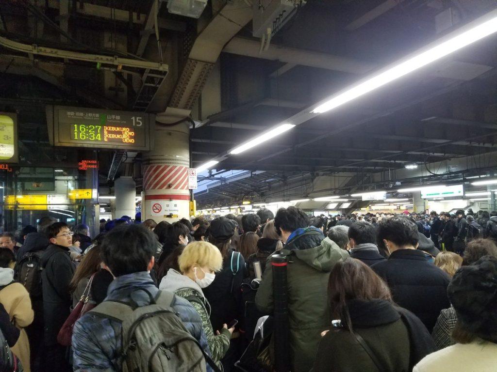 도쿄폭설 신주쿠역 인파 1024x768 도쿄 4년만의 폭설로 교통마비! 나리타공항 폐쇄