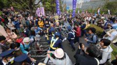 일본시위 240x135 일본 폭설로 교통마비! 적설량 예년의 10배
