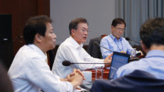 청와대 회의 문대통령 240x135 자유한국당 해산심판 요청! 청와대 청원 쏟아져..