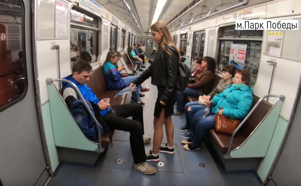 지하철 쩍벌남 1024x633 러시아 여대생의 지하철 쩍벌남 응징! 사타구니에 물뿌려