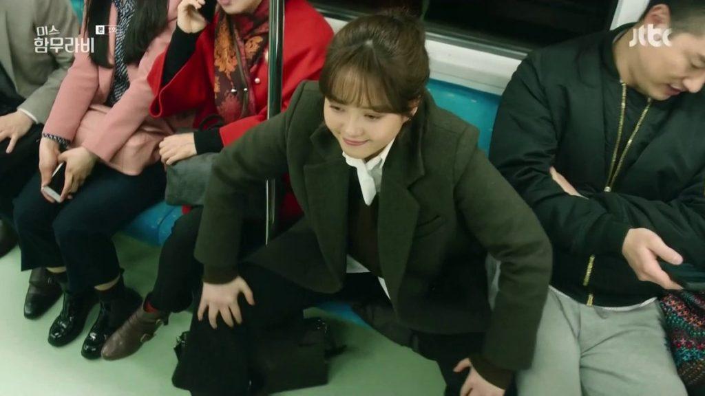 쩍벌녀 1024x576 러시아 여대생의 지하철 쩍벌남 응징! 사타구니에 물뿌려