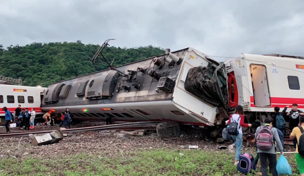 타이완 열차탈선 1024x594 일본제 대만 열차 탈선사고 순간 영상