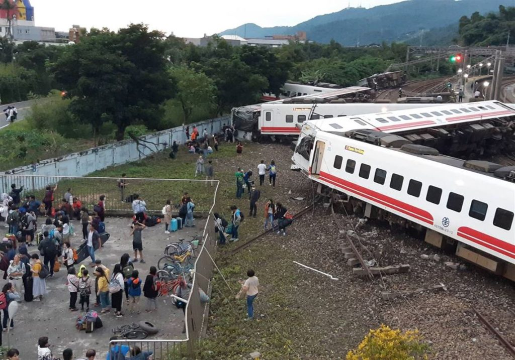 TAIWAN TRAIN ACCIDENT 1024x717 일본제 대만 열차 탈선사고 순간 영상