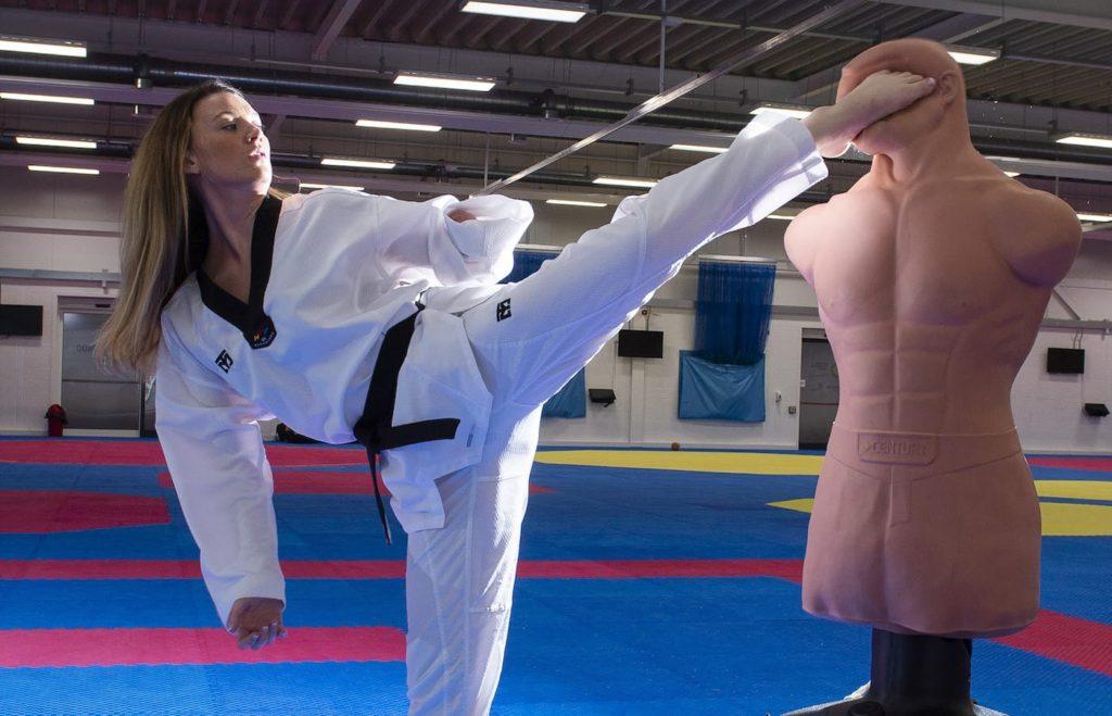 taekwondo kick 1024x659 장애인 파라태권도 선수 에이미 튜스데일(Amy Truesdale)