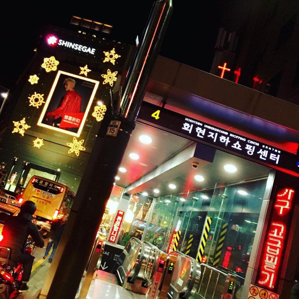 seoul tour myeongdong 1 1024x1024 해외여행 한국 서울 명동 회현지하쇼핑센터 입구에서...