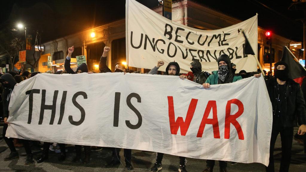 Berkeley protests 1024x576 미국 UC버클리 학생들 폭력시위! 여론조사서 트럼프 탄핵 희망 40%