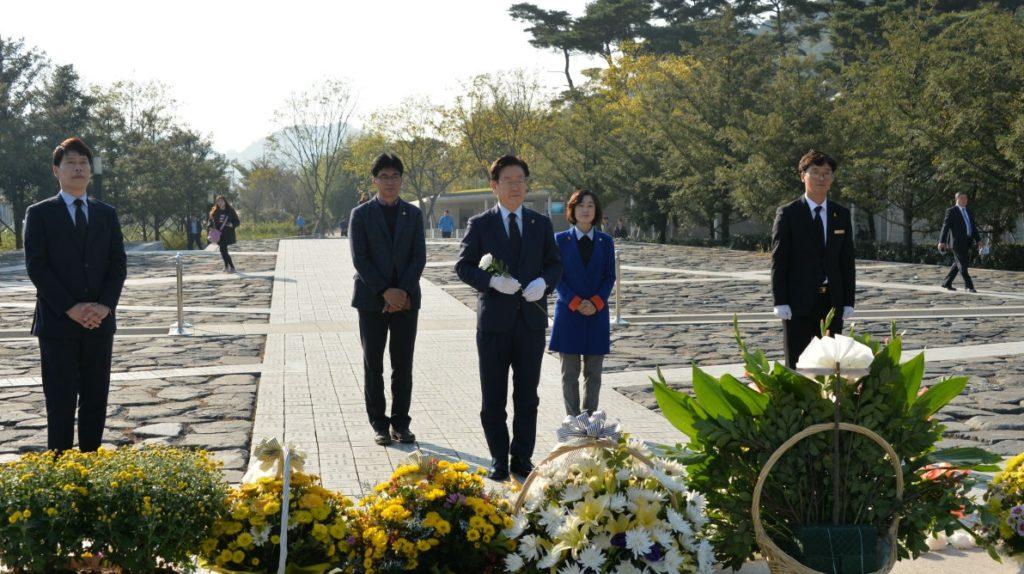 leejaemeyong rohmoohyun 1024x574 이재명 촛불집회에 이어 봉하마을 노무현 대통령 묘소 참배