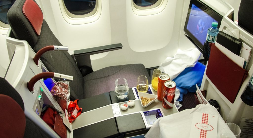 airline business seat 1024x558 장거리 비행 준비물. 기내 필수품 및 시간 보내는 법