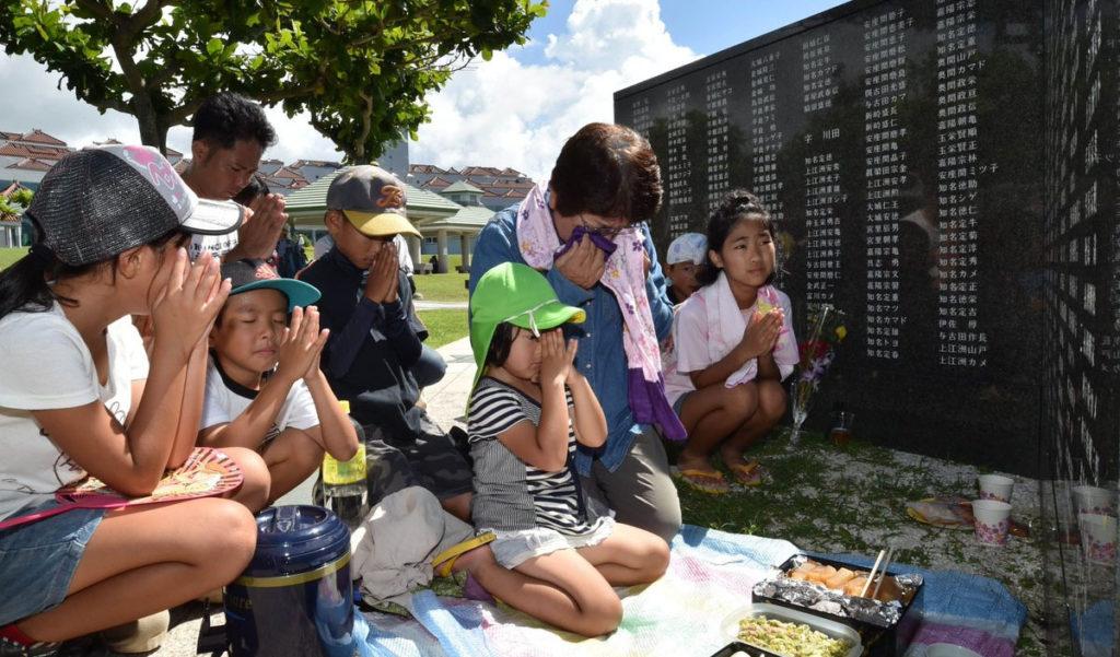 okinawa battle family 1024x601 20만명이 희생된 오키나와 전투 추도식 거행
