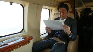 아베 일본총리 300x169 트럼프 대통령 일본방문! 에어포스원 요코타 비행장 착륙