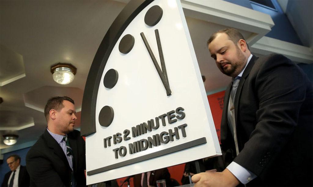 doomsday clock 1024x611 지구종말 2분전! 핵무기와 지구온난화가 앞당긴 운명의 날 시계