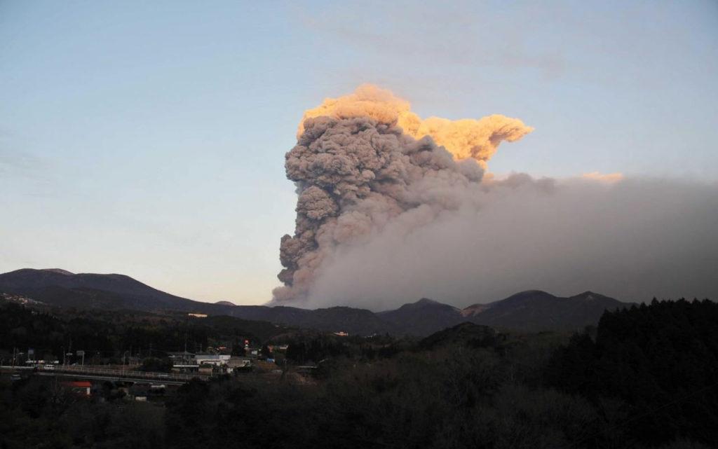 일본 규슈 화산폭발 1024x641 [영상] 일본 화산폭발! 규슈 신모에다케 대규모 분화