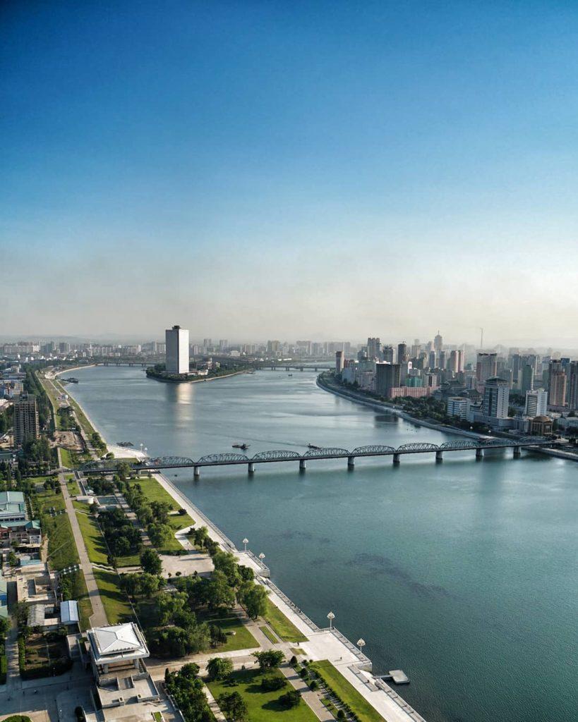 Taedong River in Pyongyang 819x1024 뉴질랜드 여행가 닉(Nick )의 평양 북한여행기