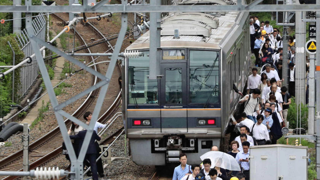 osaka subway 1024x576 일본지진속보! 오사카 진도6의 대지진으로 4명 사망