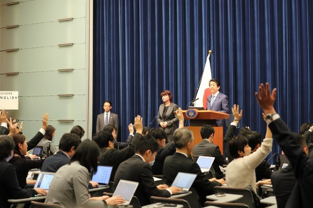 아베신조 기자회견 아베신조의 일방적 발언 후 기자회견 종료에 일본 기자들 강력 항의!